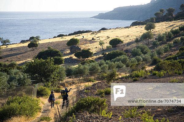 Paar wandert in Küstenlandschaft  Kreta  Griechenland