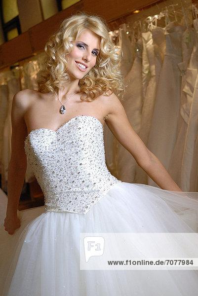 Portrait  Frau  Hochzeit  jung  Kleid