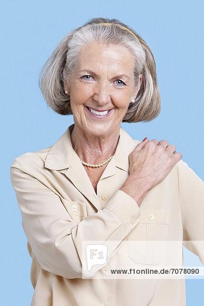 Senior  Senioren  Portrait  Frau  lächeln  Hintergrund  blau