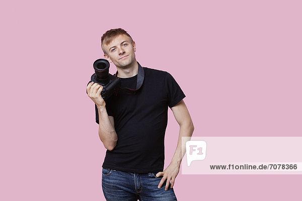 Portrait  Fröhlichkeit  über  halten  Hintergrund  pink  Fotoapparat  Kamera  Fotograf  jung