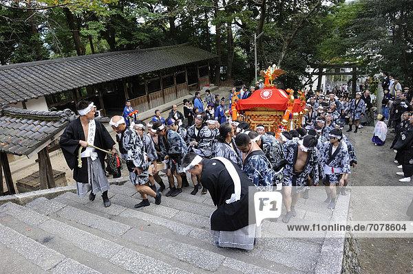 Iwakura Matsuri  Träger tragen den shintoistischen Trageschrein zur¸ck in den Schrein  bei Kyoto  Japan  Ostasien  Asien