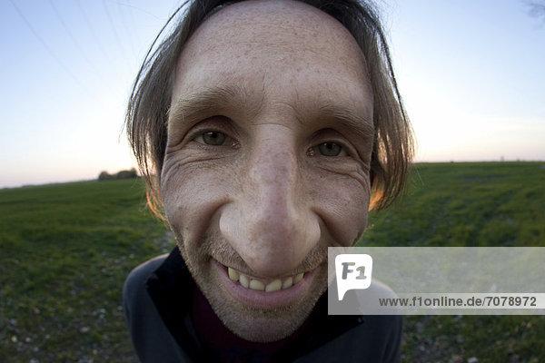 Ein Mann mit einer großen Nase  verzerrtes Portrait