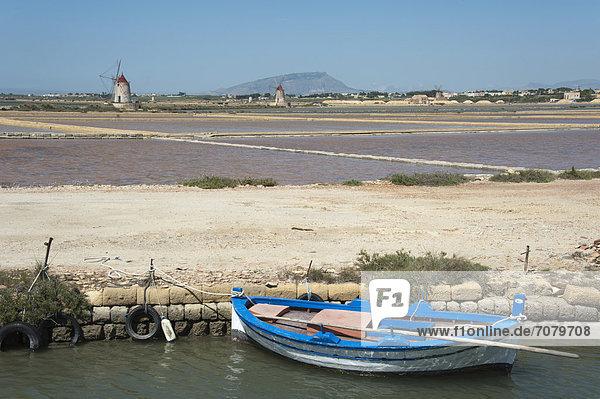 Boote und Windm¸hlen  Salinen von Marsala  Provinz Trapani  Sizilien  Italien  Europa
