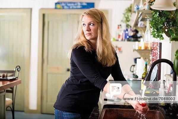 Spülbecken  Europäer  sehen  waschen  Küche  Gemüse  Argwohn  Hausfrau