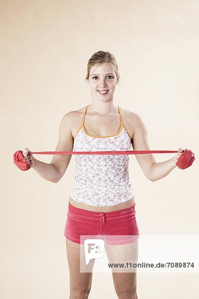 Junge Frau macht Fitnesstraining