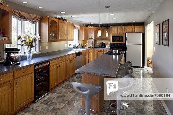 Fliesenboden Boden Fußboden Fußböden Wohnhaus Dunkelheit Küche Insel Schrank Arbeitsplatte glatt Einheit eng schmal