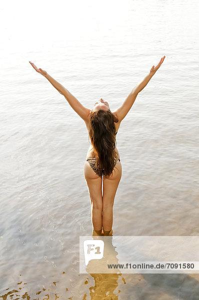 Junge Frau im See