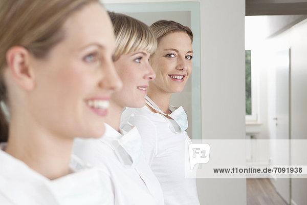 Deutschland  Zahnarzt und Assistenz  lächelnd