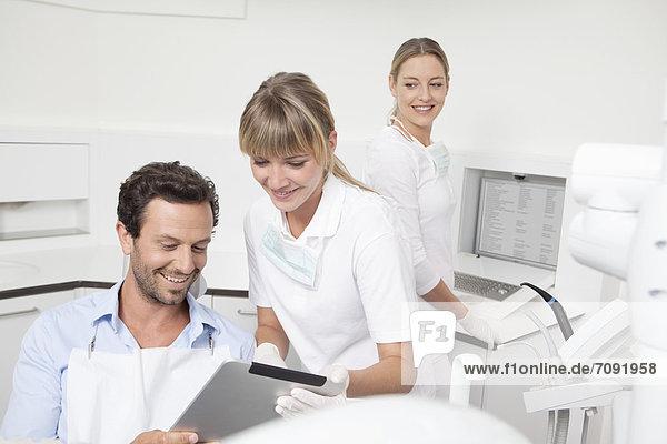 Deutschland  Zahnarzt mit Zwischenablage zum Patienten