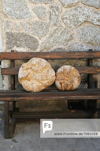 Spanien  Weißbrot auf Holzbank