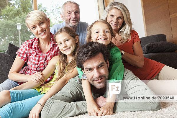 Deutschland  Bayern  Nürnberg  Familienportrait im Wohnzimmer