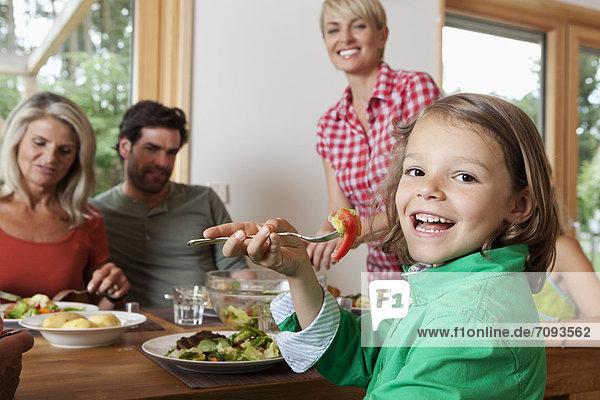 Deutschland  Bayern  Nürnberg  Familie beim Mittagessen