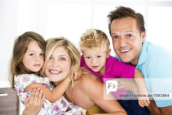 Deutschland  Nahaufnahme der Familie  lächelnd  Portrait