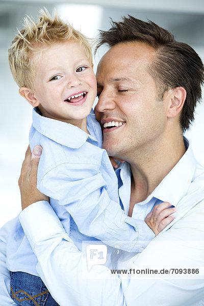 Deutschland  Vater mit Sohn  lächelnd