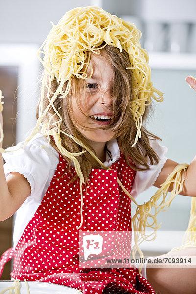 Deutschland  Mädchen spielt mit Spaghetti