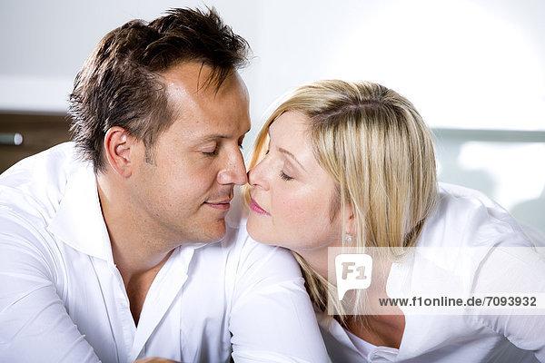 Deutschland  Mittleres erwachsenes Paar berührt die Nase