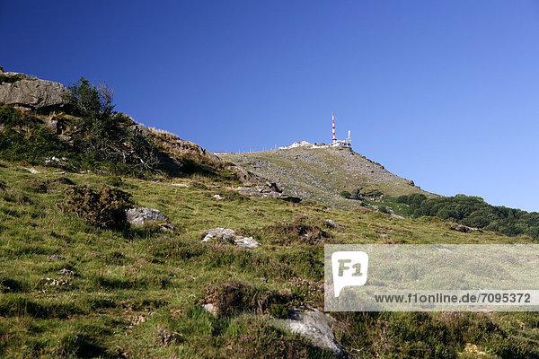 Blick hinauf zum Gipfel des La Rhune  905m  Baskenland  Pyrenäen  Region Aquitanien  DÈpartement PyrÈnÈes-Atlantiques  Frankreich  Europa