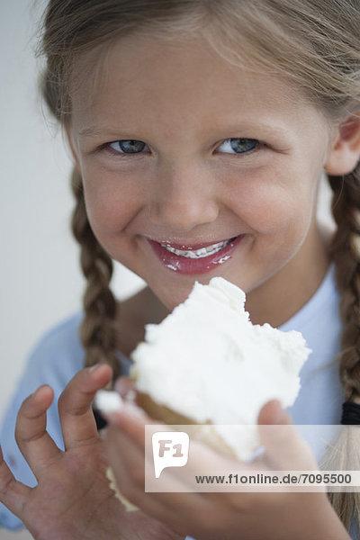 Mädchen essen ein Stück Kuchen