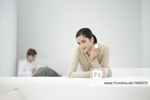 Junge Frau hört MP3-Player