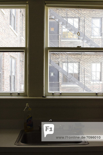 Zu einem Fenster auf einer Feuerleiter in den USA.