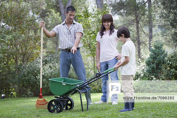 Zusammenhalt  Menschlicher Vater  arbeiten  Garten  2