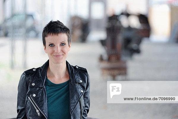 Lächelnde Frau auf der Stadtstraße