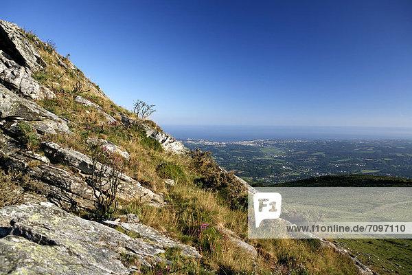 Landschaft am Berg La Rhune  Blick auf die Atlantikküste und Saint-Jean-de-Luz  baskisch: Donibane Lohizune  Baskenland  Pyrenäen  Region Aquitanien  DÈpartement PyrÈnÈes-Atlantiques  Frankreich  Europa