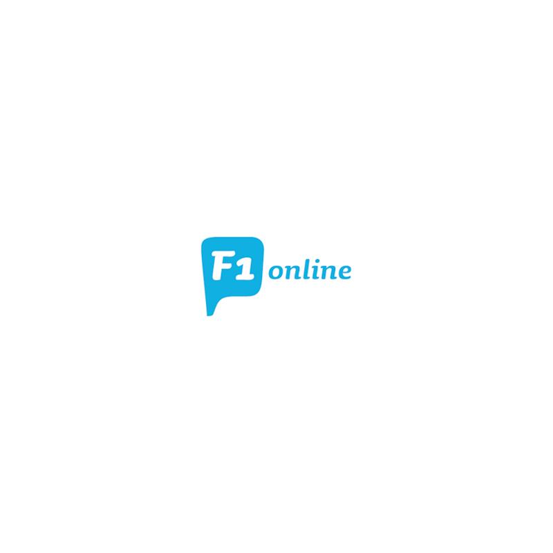 Mann gießt Gas in den Rasenmäher