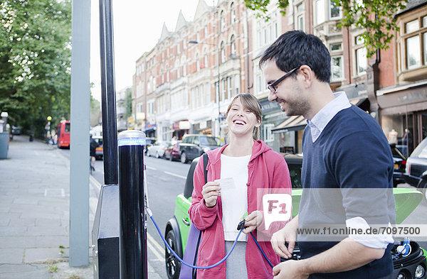 Paar Ladegeräte für Elektroautos auf der Straße