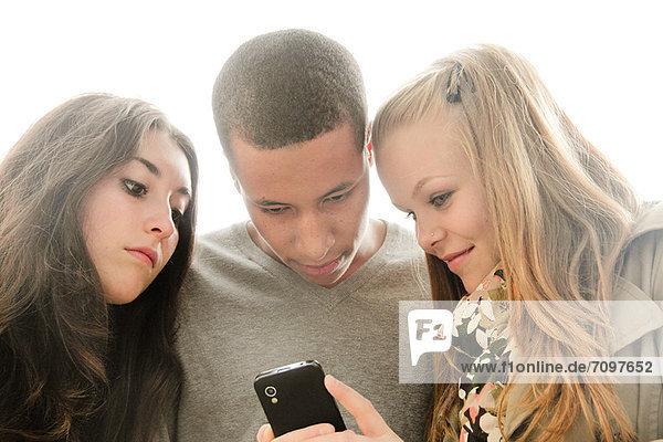Teenager mit Handy im Freien