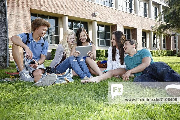 Freundschaft  Schule  abhängen  Tablet PC  Gras