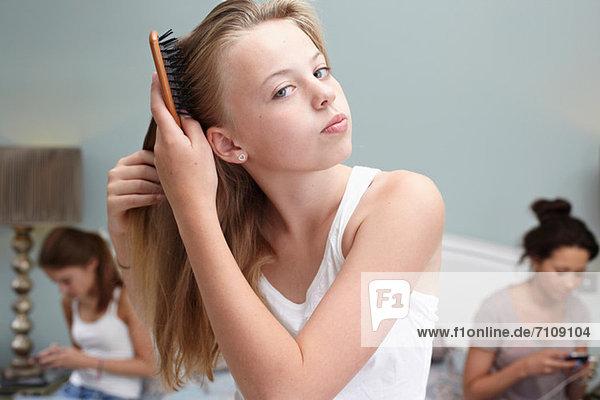 Teenagermädchen beim Haareputzen