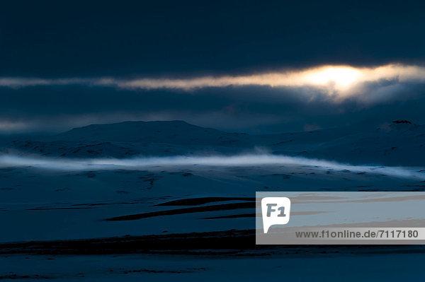 Schneewehe  Winterlandschaft  Blick auf den Gletscher Vatnajökull  Hochland  Island  Europa