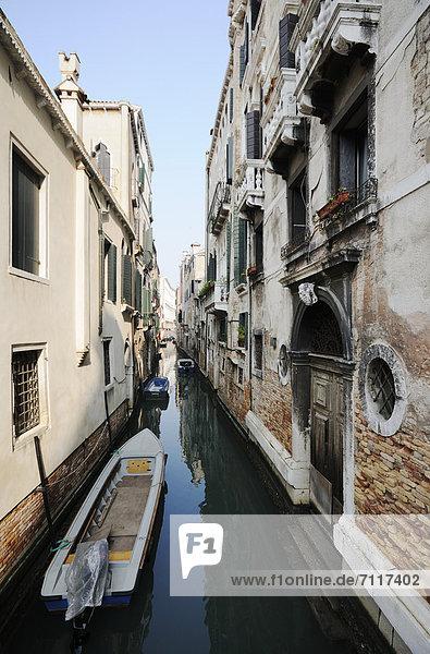 Europa vorwärts Venedig Venetien Palast Schloß Schlösser Italien schmal