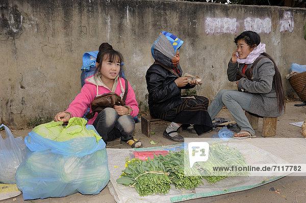 Gemüseverkäuferinnen auf dem Markt in der Stadt Phonsavan  Laos  Südostasien  Asien