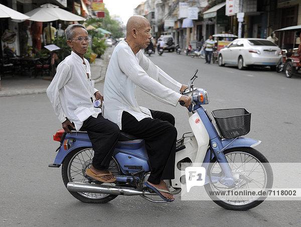Zwei Männer auf einem Motorroller  Phnom Penh  Kambodscha  Südostasien