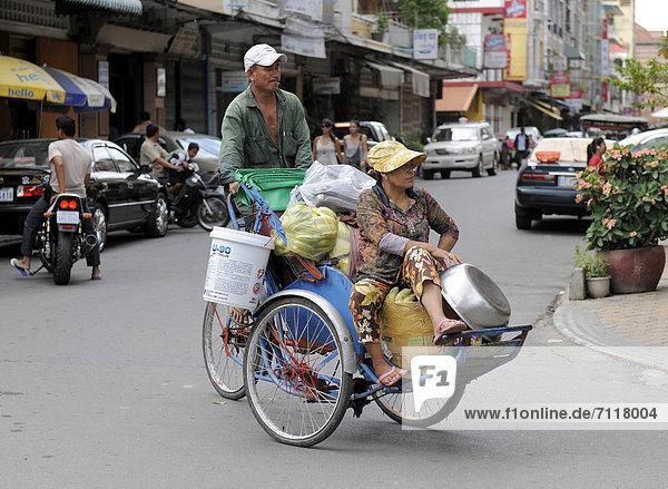 Paar auf einem Dreirad  Phnom Penh  Kambodscha  Südostasien
