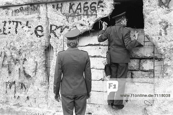 DDR-Grenzer besichtigen Schäden an der Berliner Mauer am Brandenburger Tor  Berlin  Deutschland  Europa DDR-Grenzer besichtigen Schäden an der Berliner Mauer am Brandenburger Tor, Berlin, Deutschland, Europa