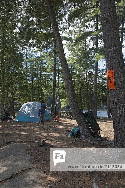 Während eines Kanuausflugs errichten John West  65  und sein Sohn Joey  13  ihr Lager auf einem Campingplatz  Algonquin Provincial Park  Ontario  Kanada