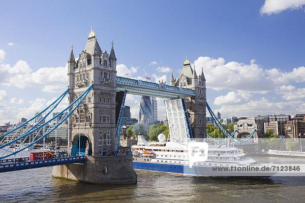 Europa  Urlaub  britisch  Großbritannien  London  Hauptstadt  Reise  Brücke  Schiff  Sehenswürdigkeit  Kreuzfahrtschiff  Themse  England  Tourismus  Tower Bridge