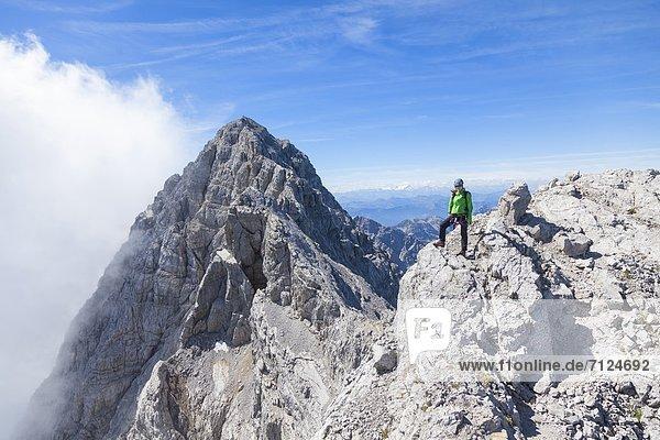 Bergsteigerin bei der Watzmannüberschreitung  Berchtesgadener Alpen  Bayern  Deutschland