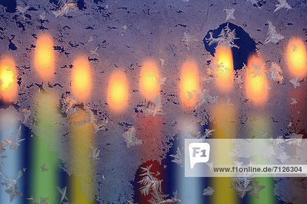 Kälte  Makroaufnahme  Detail  Details  Ausschnitt  Ausschnitte  Farbaufnahme  Farbe  Helligkeit  sternförmig  Winter  Fenster  Glas  Wärme  Beleuchtung  Licht  weiß  Eis  Hintergrund  Close-up  close-ups  close up  close ups  Weihnachten  Kerze  blau  schmelzen  Fensterscheibe  Kerzenlicht  Advent  Frost