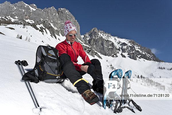 Schneeschuh  Winter  Mann  ruhen  gehen  rennen  Tagesausflug  Ende  Schuh  Ramsau bei Berchtesgaden  Österreich  Pause  Rest  Überrest  Schnee  einstellen