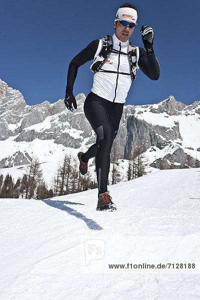 Wintersport  Winter  Mann  Sport  rennen  joggen  Ramsau bei Berchtesgaden  Österreich  Schnee