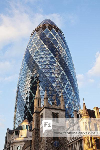 30 St Mary Axe  The Gherkin  Swiss-Re-Tower  britisch  Großbritannien  London  Hauptstadt  Kirche  England