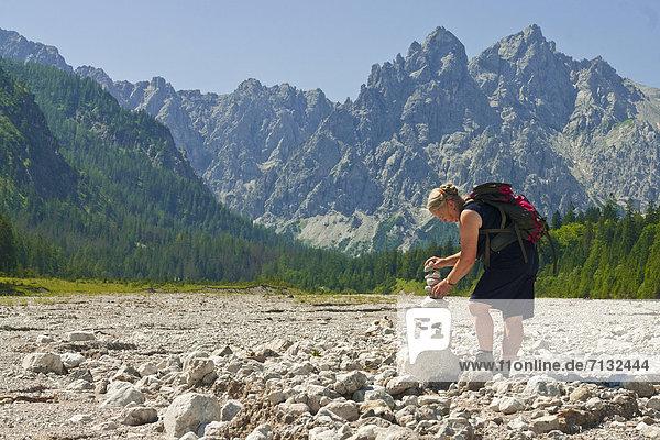 bauen  Europa  Frau  Stein  Mensch  Sand  Touristin  Ramsau bei Berchtesgaden  Bayern  Berchtesgaden