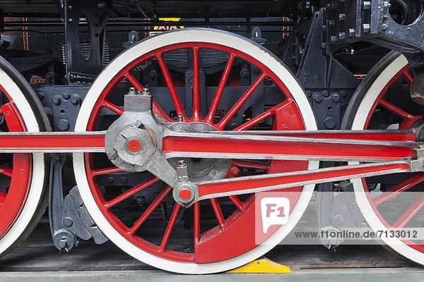 Stützrad  Europa  Transport  britisch  Großbritannien  Geschichte  Innenaufnahme  Museum  Zug  England  Lokomotive  rad