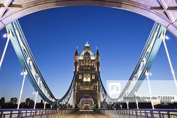 beleuchtet  Europa  britisch  Großbritannien  London  Hauptstadt  Fernverkehrsstraße  Brücke  Fluss  Themse  London Borough of Southwark  Nacht  England  Tower Bridge