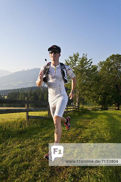 Mann  Sport  gehen  folgen  Gesundheit  rennen  Wiese  joggen  Ramsau bei Berchtesgaden  Österreich