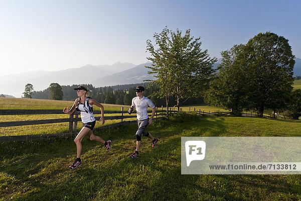Frau  Mann  Sport  gehen  folgen  Gesundheit  rennen  Wiese  joggen  Ramsau bei Berchtesgaden  Österreich Frau ,Mann ,Sport ,gehen ,folgen ,Gesundheit ,rennen ,Wiese ,joggen ,Ramsau bei Berchtesgaden ,Österreich